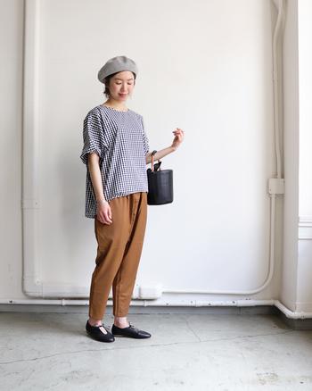こちらのギンガムチェック柄のプルオーバーは、後ろが長くなっているコクーンシルエットが印象的な一枚。ボトムスには落ち着いたブラウン系を合わせて、ギンガムチェックのガーリーさを程よく抑えています。ベレー帽や黒の小ぶりバッグなど、大人小物を合わせるのもポイント。