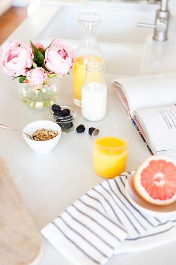 日々仕事や家事に追われていると、意外と一人で落ち着ける時間は取りにくい物です。気持ちがリセットされた状態でゆっくり朝の一杯を飲んでリラックスしてみましょう。しっかりと朝食を食べる事もおすすめです。