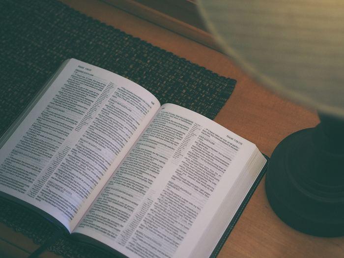 新しい知識をしっかり記憶したい場合の読書などは、眠る前の方が効率よく記憶できます。ただ、眠る直前にスマホなどのブルーライトを見ると寝付きが悪くなる原因になりますので、紙の書籍やノートのチェックがおすすめです。