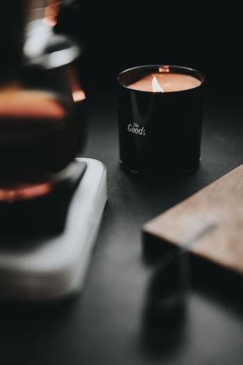 オレンジ色にゆらめくキャンドルの炎の色は、心を穏やかにし、緊張感をほぐしてくれる効果があります。忙しい一日の終わりに、キャンドルを灯してリラックスしませんか?