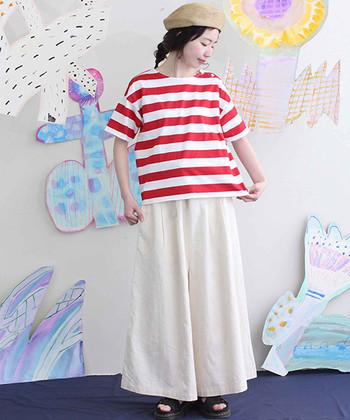 太めの赤ボーダーTシャツには、白のワイドパンツを合わせて爽やかに。赤ボーダーは取り入れるだけでマリンテイストを楽しめるアイテムなので、白やネイビーと合わせた着こなしがおすすめです。