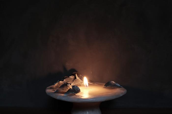 とんがり帽子を逆さまにしたようなユニークなデザインに、植物を使用したボタニカルな雰囲気。火を灯すとまた独特の雰囲気に。