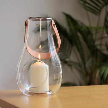 デンマーク王室御用達の「HOLMEGAARD(ホルムガード)」のガラス製ランタン。しずく型のフォルムと天然革のストラップがおしゃれです。
