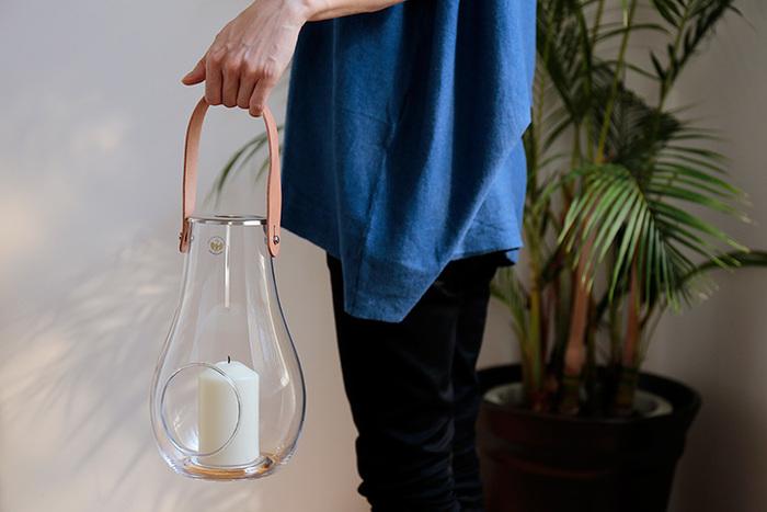 ハンドル付きだから持ち運びもラクラク。存在感あるデザインで、火を灯さずに置いておくだけでもインテリアとして絵になります。