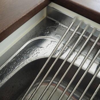 スプレーボトルに200mlの水を入れ、小さじ1杯のクエン酸を入れて溶かします。そしてできたクエン酸水を水垢が気になるところに吹きかけるだけ。少し時間を置いてから拭き上げれば、綺麗なキッチンを保つことができますよ。