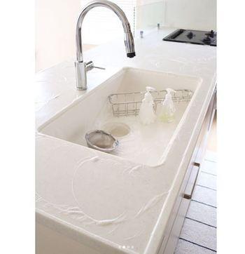 キッチン掃除がめんどくさいと感じる人の中には、物を避けながら掃除をするのがめんどくさいという意見も多いのではないでしょうか。それなら逆転の発想で、できるだけキッチンに物を置かないようにすれば掃除がめんどくさいと感じなくなるはず。  物が少ないキッチンは丸洗いもしやすいので、特に人造大理石タイプのキッチンを利用しているご家庭は、あまり使わないキッチンツールを片づけてみるところから始めましょう。