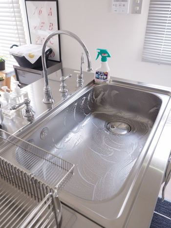 毎日のシンク掃除は、食器洗い後に済ませるようにしましょう。食器用の洗剤をスポンジに取り、さっと洗って流せばOKです。たまにキッチンハイターなどを使って掃除をすると、ピカピカのシンクを保ちやすくなります。