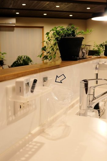 キッチンに磁石がくっつくタイプであれば、マグネットひとつでビニール袋を止めてしまうのも、掃除が楽ちんになるのでおすすめですよ♪1日分溜まった生ゴミは、袋の口をしっかり結んでから生ゴミ用のゴミ箱に移したり、冷凍庫に入れてしまうという方法もあります。