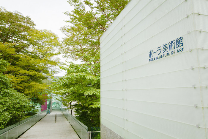 木漏れ日が満ちる、森の中の美術館。印象派を代表するモネやルノワール、ピカソなどの西洋近代絵画をはじめ、日本絵画、エミール・ガレやラリックを含むガラス工芸など約1万点の作品を収蔵しています。