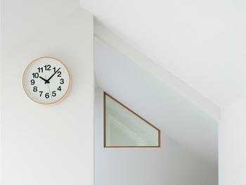 家の中のよく目にする時計も同じように設定してみましょう。オススメは文字盤がはっきりしていて、遠くからでもよく見えるデザインの物。身支度や家事をしながらでも、素早く時間を確認出来ます。