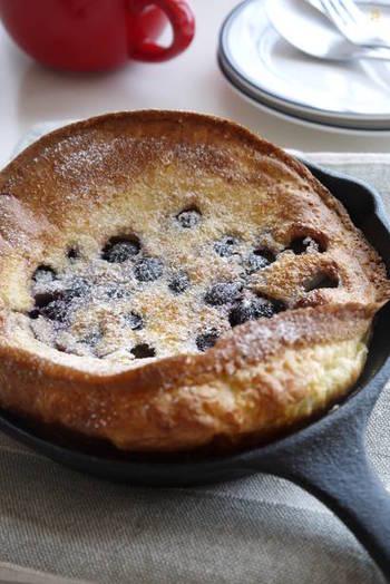 カリッふわ~っとした食感がたまらないブルーベリーのダッチベイビーパンケーキは、面倒な粉ふるいも必要なく、パンケーキのタネを混ぜ合わせてそのままオーブンで焼くだけで完成。そのままテーブルに出せる手軽さもスキレットの魅力です。
