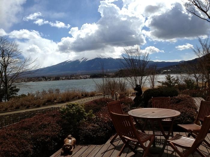河口湖と富士山を一度に眺められるテラス席は、開放感抜群。河口湖は富士五湖の中でも標高が高いので、涼しくて澄んだ空気を味わえます。