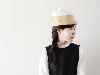 名前の通り、山(ヒマラヤ)をイメージして作られた「chisaki(チサキ)」のハット。見る角度によって表情が異なるユニークな形が特徴です。夏のお出かけコーデのアクセントに、いつもとは違う新鮮な着こなしを楽しめるはずです。