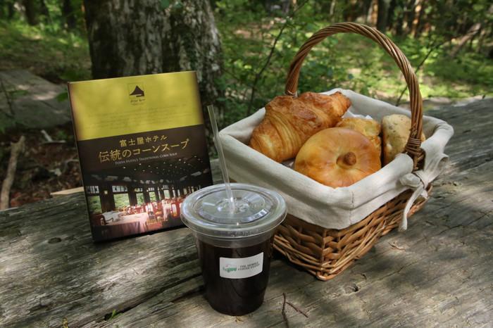 朝食には、森のすがすがしい空気の中で焼きたてのパンを。明治11年創業の老舗「富士屋ホテル」が提供する3種類のパンとスープで、極上の朝を過ごしてみて。