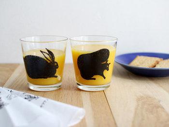人気イラストレーター・松尾ミユキさんによるウサギとリスのイラストがかわいらしいグラス。 まるで、物語から飛び出してきたような独特な雰囲気が漂います。使うシーンに合わせて、260mlと350mlの2サイズからお選びください。
