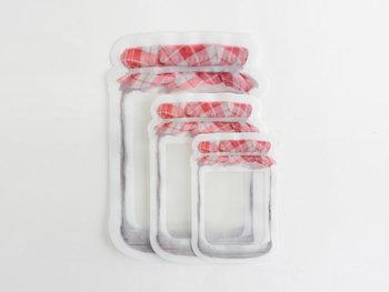 ジャムの瓶がモチーフになったジッパーバッグ。Sサイズ4枚、Mサイズ3枚、Lサイズ2枚がセットになっています。口はダブルジップ仕様になっていてしっかりと留まり、マチが付いているため自立する作りに。中身が見える半透明で、お菓子などを小分けにして入れておくだけでもかわいい。見せる収納や、外出先のおやつタイムにもぴったりです。