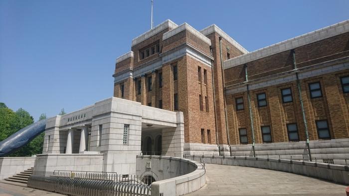 JR上野駅から徒歩5分、上野公園にある国立科学博物館は、自然史・科学技術史に関する国立の総合科学博物館です。明治10年に創立され、日本で最も歴史のある博物館として現在も人気を誇っています。