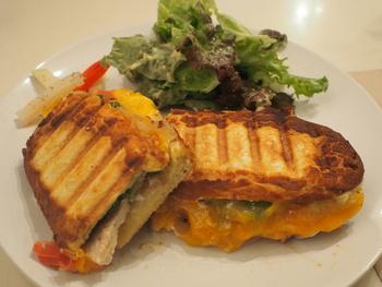 店名の通り、オリジナルサンドイッチがいただけるカフェのメニューは、天然酵母のパンと新鮮な具材・自家製ソースのバランスが絶妙で、ランチにもおすすめです。