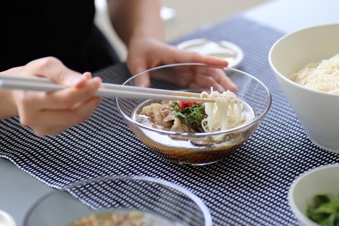 """暑い季節に食べたくる""""冷たい麺""""は、夏バテして食欲が無い…そんな時でも、ツルツルと食べらちゃう嬉しいメニュー。 薬味を工夫したり、おつゆや具材をアレンジしたり、アイデア次第でアレンジの幅は無限大です。"""