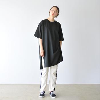 メンズっぽいTシャツとライン入りパンツで、ほんのりストリートライクな装いに。サイドの深スリットが、着こなしに軽快な動きをプラス!