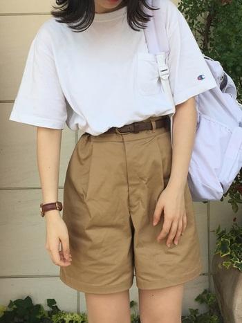 夏の定番、白Tシャツ。合わせるアイテムによって表情が変わるのが楽しいアイテムですよね。定番だからこそ、自分らしく着こなしたい、でもゴテゴテするのは嫌…そんなシンプル派さんの参考になるコーディネートを集めてみました。