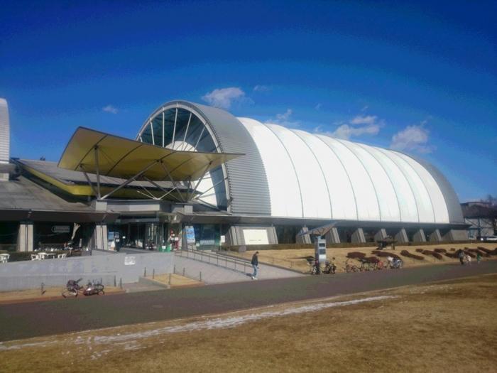 西部新宿線航空公園駅から徒歩8分、埼玉県所沢市にある「所沢航空発祥記念館」は、元は日本最初の飛行場でした。所沢を航空発祥の地として後生に伝えるために開館したミュージアムです。