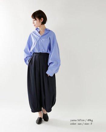 大胆なフレアスリーブが印象的なボリュームシャツ。相棒にはバルーンパンツをセットして、とことんモードな装いに。シャツはタックINし、ボディシルエットにメリハリを出すのが正解♪