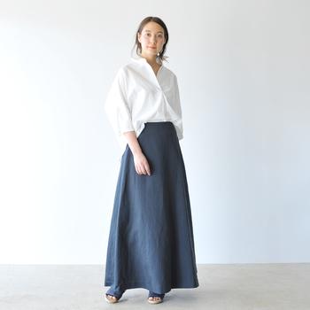 真っ白なスキッパーシャツにネイビーのスカートを持ってくれば、清潔感バツグンの夏スタイルが完成。足の甲が隠れるくらいのマキシ丈がおしゃれ!