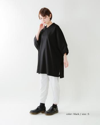 いつものモノトーンも、オーバーサイズなTシャツがあれば新鮮なルックに。艶やかなブラックと濁りのないホワイトで、潔いカラーブロックを堪能!