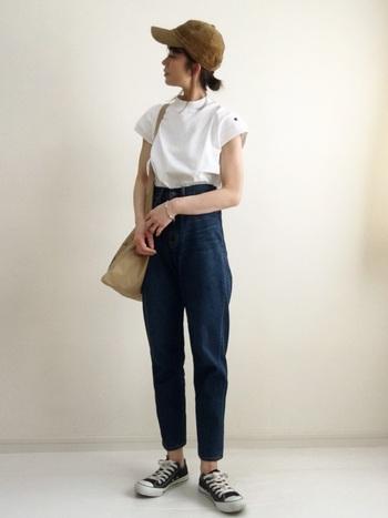 ハイウエストのテーパードデニムに白Tシャツをイン。キャップとトートバッグはデニムと相性のよいベージュで揃えて、こなれ感のある仕上がりです。