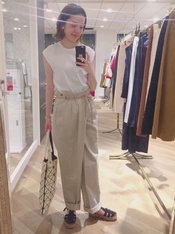 オールホワイトはハードルが高い!という方は、白と薄めベージュのグラデーションがおすすめ。パンツのちょっとしたデザインが、シンプルなTシャツとの相性抜群です。