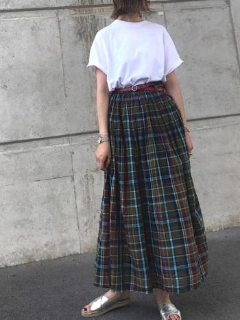 コットンのロングスカートがとても涼しげ!落ち着いたトーンのチェック柄は、ふんわりシルエットでも大人の女性らしさを演出してくれます。
