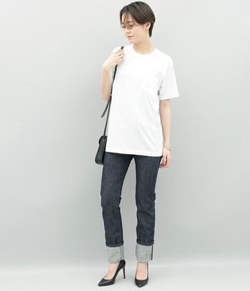 白Tシャツとデニムを大人っぽく着こなして。長め丈のTシャツは、あえてインせず着るのも新鮮です。デニムのロールアップ部分を長めにしたのもよいアクセントに◎