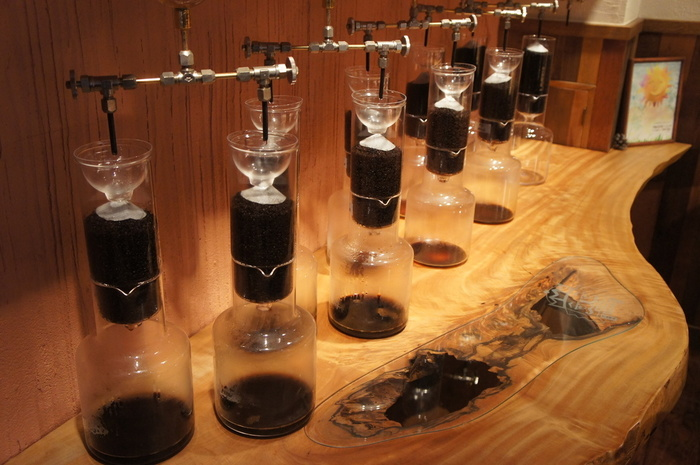稼働中の水出し器具。1秒に1滴。8時間かけて抽出しています。豆は渋谷「マメヒコ」と同じく、札幌の菊地珈琲が焙煎したものを使っているそう。