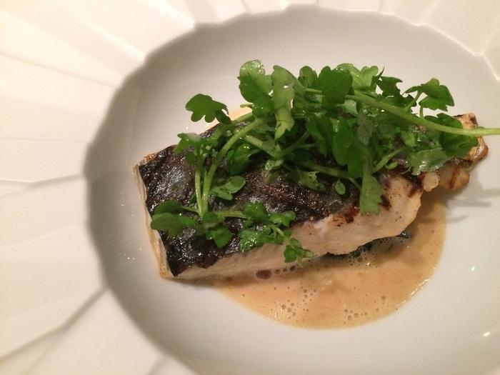 シェフのお任せランチのメインは、肉料理と魚料理から選べます。こちらはサワラを使ったメイン料理。ビネガーの風味が爽やかで濃厚なソースに、淡白なサワラがよく合う一品です。