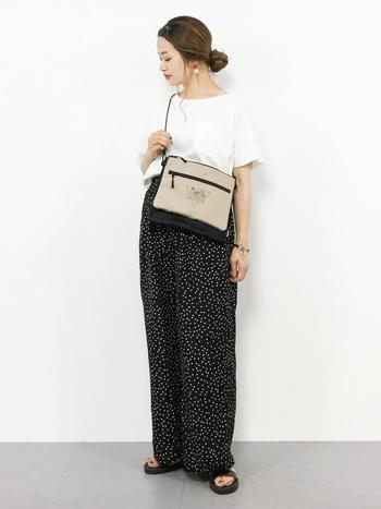 ドット柄のワイドパンツで、グッドガール風。ブラックのワイドパンツも白Tシャツとサンダルを合わせると軽やかに着こなせます。