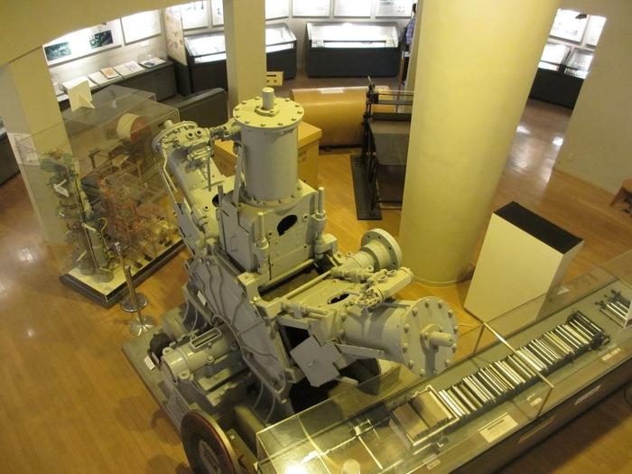 迫力のある紙の製造機械や製造工程などが展示されています。