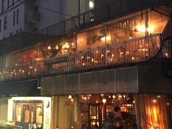 雰囲気たっぷりでとっておきの時間が過ごせるカフェ「and people(アンドピープル)」。『風や緑を感じられるカフェ』がコンセプトの宇田川店と、『ニューヨークの外れにある古き良き時代の廃墟』がコンセプトの神南店の2店舗があります。