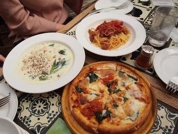 そして、お料理も美味しく、心地よい店内で特別なひとときが過ごせます。ゴルゴンゾーラのニョッキにイベリコ豚のソーセージグリルやピッツァなど。