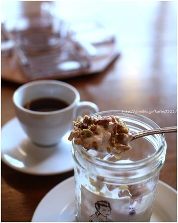 深い味わいのコーヒー&スイーツ。クロックムッシュやケーキなども絶品で、ゆっくり流れる時間を過ごすことが出来ます。ヨーグルトと一緒にいただくグラノーラ。