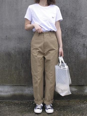シルエットが美しいチノパンツとコンバースを合わせて。ちょっとしたアクセサリーづかいや、透け感のあるバッグで王道スタイルを上手にアップデートしています。