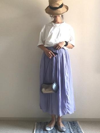 こちらもロングスカートを合わせたコーディネート。落ち感がきれいなブルーのスカートは、白Tシャツと相性抜群です。バレエシューズやパールのネックレスをプラスしてレディライクに仕上げて。