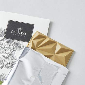 """""""世界にまだない心に響くユニークなチョコレートを届けたい""""という""""Bean to Emotion""""のコンセプトから、2015年に立ち上がったブランド「LA NAYA(ラ・ナヤ)」のチョコレートは、原材料の全てにオーガニック素材が使用されています。ラナヤの大自然が描かれたパッケージも素敵ですが、中のタブレットもラナヤマウンテンを表現しているそう。"""