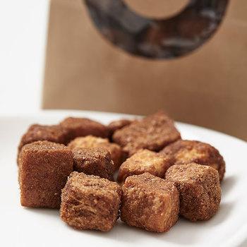 旅するパン屋として知られている「TAKIBI BAKERY(タキビベーカリー )」のラスクは、リッチな生地の食パンをサイコロ状にカットし、サクサクの歯ごたえが特徴。