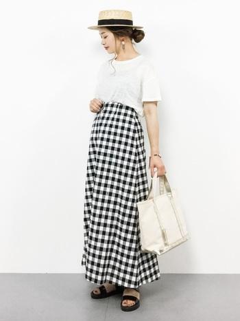 ギンガムチェックのロングスカートで、ロマンチック&ガーリッシュな雰囲気に。甘めのアイテムも、白Tシャツを合わせてモノトーンコーデにすればこんなにスッキリ着こなせます。