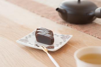 静岡市で珈琲の直売&焙煎を行っている珈琲ショップ「IFNi ROASTING&CO.(イフニ ロースティング&コー)」が手がけた、カフェインレスの豆を使用した珈琲羊羹。