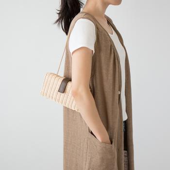 もう少し旬感を添えたいけど、大人感を損ないたくない!という時は、ワンポイントに革を使用したデザインのミニカゴバッグがおすすめ。スマートボディにさりげなく、上品さを添えてくれます。