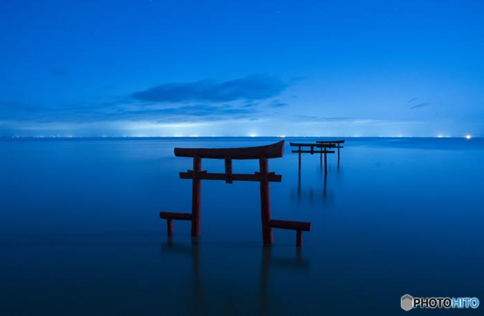 潮の満ち引きや時間帯によって様々な表情で楽しませてくれる海中鳥居。朝は日の出に照らされた姿が美しく、昼は澄み渡った青空と朱色の鳥居のコントラスト、夕方~夜はブルーに染まった空と海に浮かぶ鳥居に心奪われます。どの時間帯に訪れてもそのときどきの神秘的な風景が楽しめるので、ぜひお出かけしてみてください♪