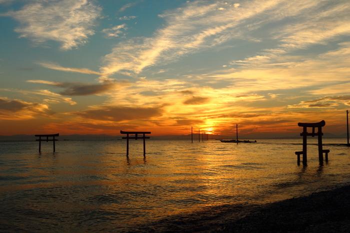 約300年前、悪代官に苦しめられていた人々がその代官を沖ノ島に置き去りにし、島が沈みかけて絶体絶命だったところを助け出したのが「大魚(ナミノウオ)」でした。感謝した代官は助けてくれた魚の名前を付け「大魚神社」、鳥居を建てたといわれています。