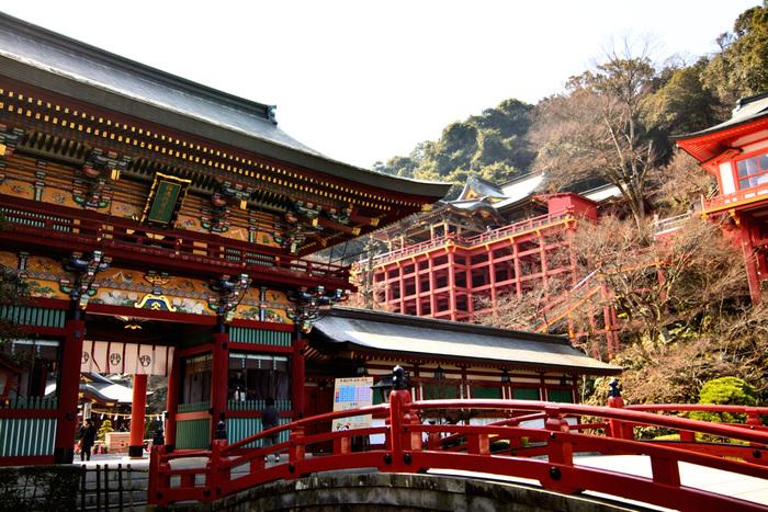 """貞享4年創建の「祐徳稲荷神社」は、年間300万人の参拝者が訪れる佐賀が誇る観光名所。日本三大稲荷のひとつで、その華やかな美しさから""""鎮西日光""""とも呼ばれています。なんといっても、総漆塗りの本殿、御神楽殿、楼門の豪華絢爛な美しさが最大の魅力。堂々たる風格の建造物の数々ををじっくりと見てまわりましょう!"""